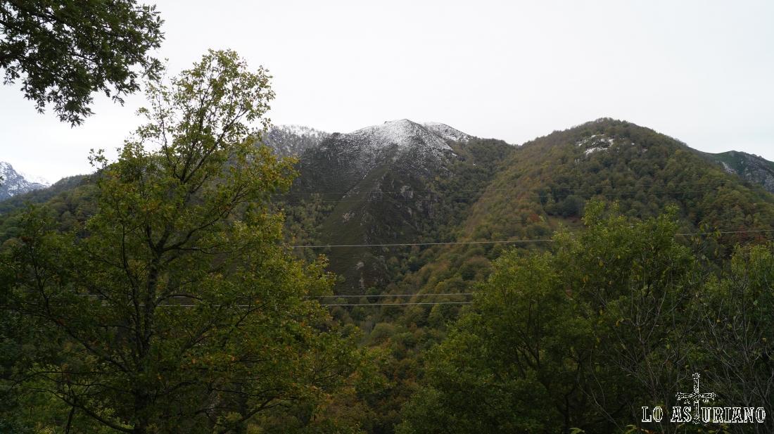 Montañas aledañas al camino.