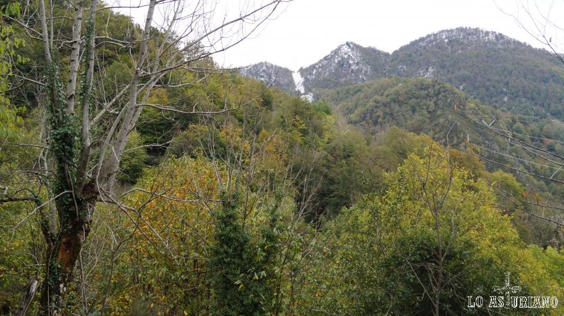 La peña Grayal, Lloricu o Paréu, son algunas de las que protegen la vega Baxu.