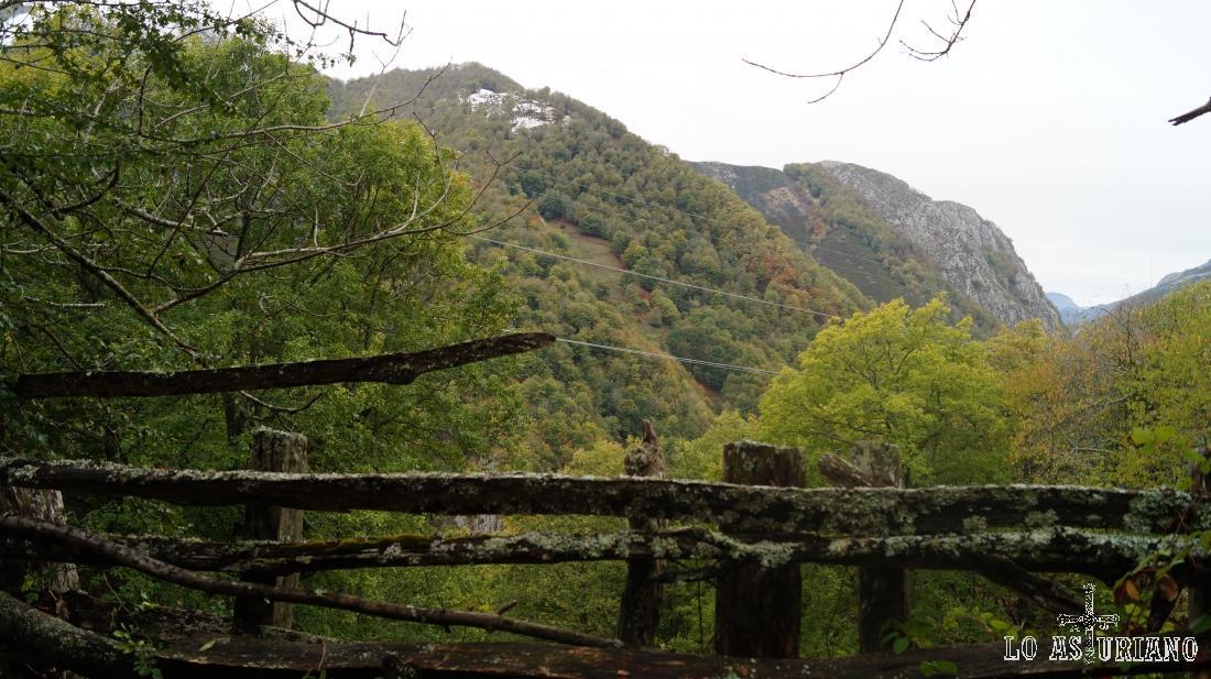 El Fito Murias y Abariu, quedan al otro lado del valle del Nalón.