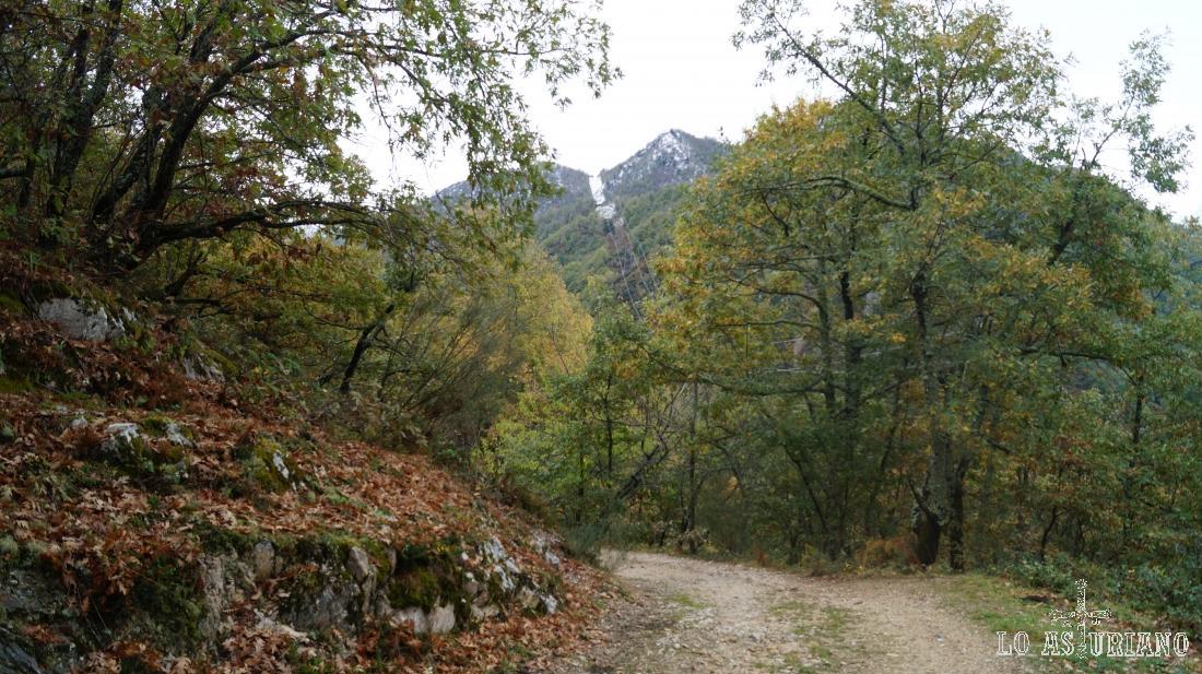 Las cimas como el Mosquito o Grayal, protegen el valle por la vertiente opuesta.