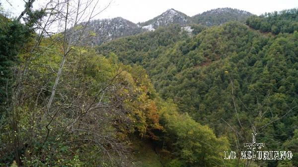 Asoman los picos de la parte alta del puerto de Tarna.