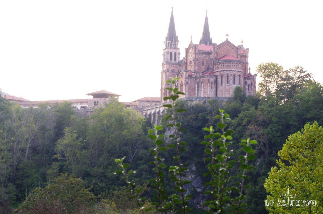 Desde la carretera, desde el mítico puerto de los Lagos de Covadonga, vemos ya la basílica de Covadonga.