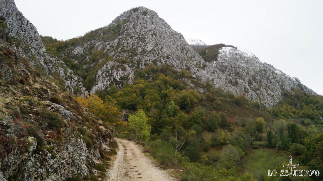 Vemos ya el Cerro la Roza, que nos tapa el Maciédome.