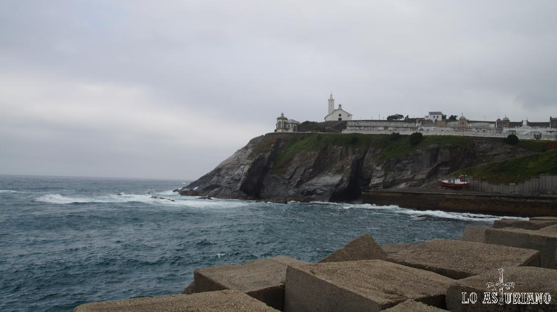 Punta de la Encoronada y ermita de Nuestra Señora la Blanca, desde los diques de Luarca.