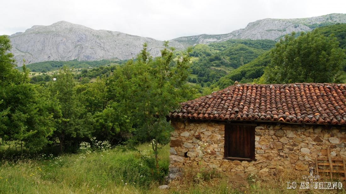 Casa de piedra en el Parque de la Prehistoria, Teverga, Asturias.