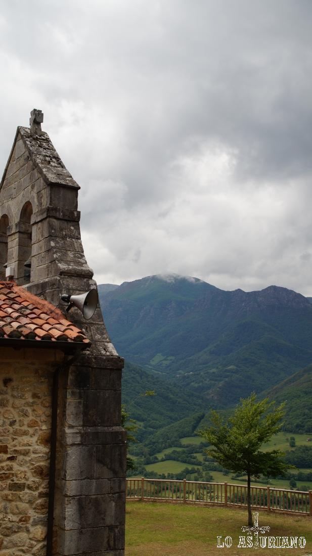 Los hayedos de Teverga desde el Santuario de Cebrano.