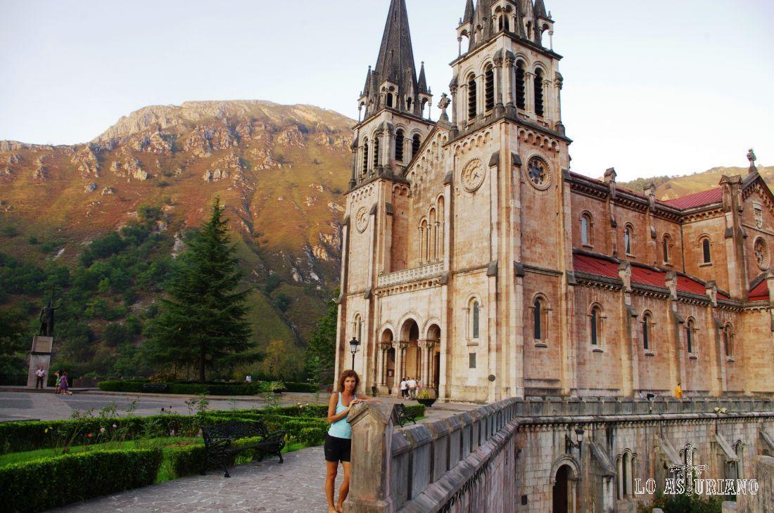 La preciosa Basílica está construida con caliza rosa de estas formidables montañas.