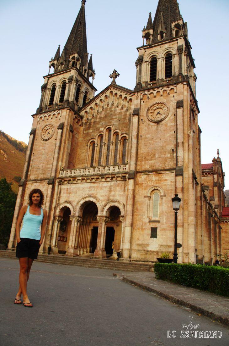 En el pórtico de esta preciosa Basílica, están las figuras de los obispos de la Diócesis de Oviedo.