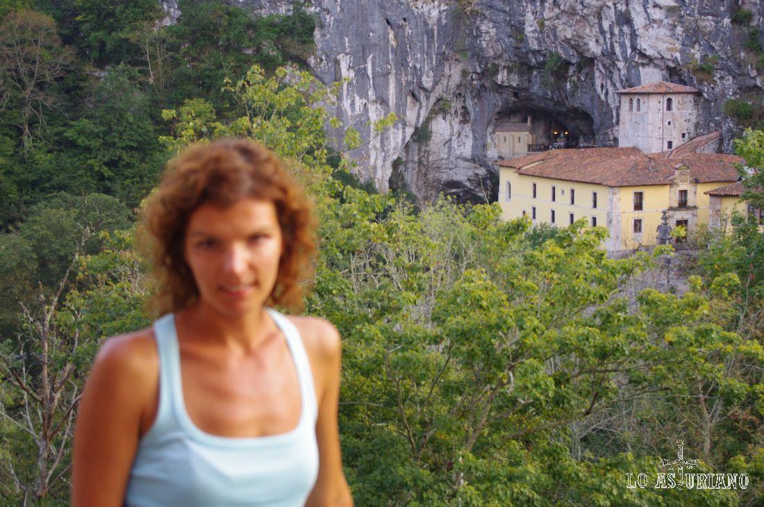 La Santa Cueva desde la Basílica de Covadonga.
