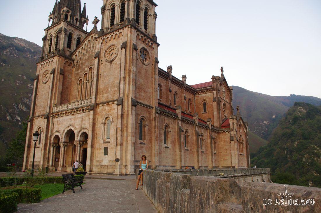 """La Basílica contiene la llamada """"Campanona"""", campana de tres metros de altura y 4.000 kilos de peso construida en 1900 en La Felguera, donada por el conde italiano Sizzo-Norris y Luis Gómez Herrero."""