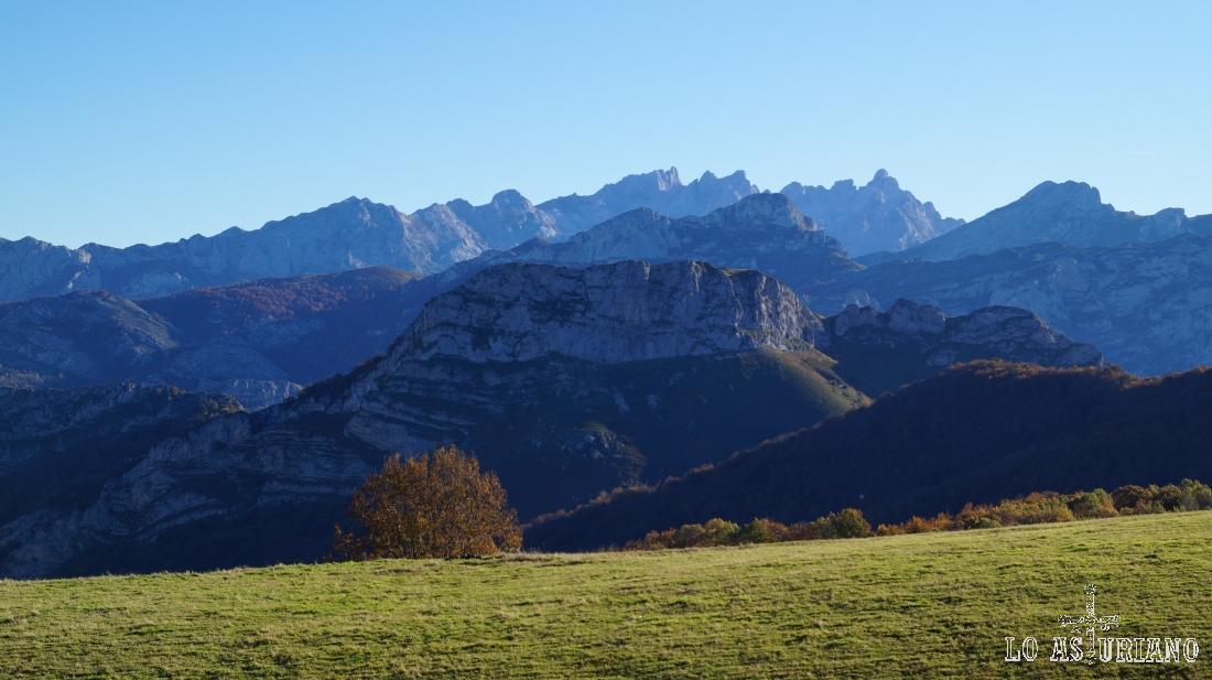 El macizo occidental de los Picos de Europa, desde Les Bedules, en Ponga.