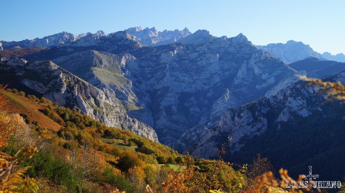 Impresionantes vistas de los Picos de Europa, con peña Salón en primer término.