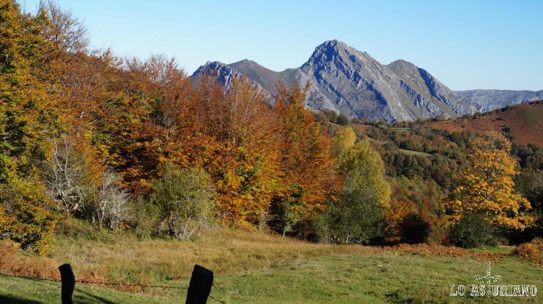 El Carriá asoma entre las colinas.