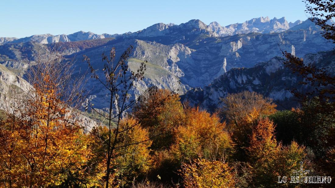 Las sierras del Toyu, de la Texa, y detrás los Picos de Europa.