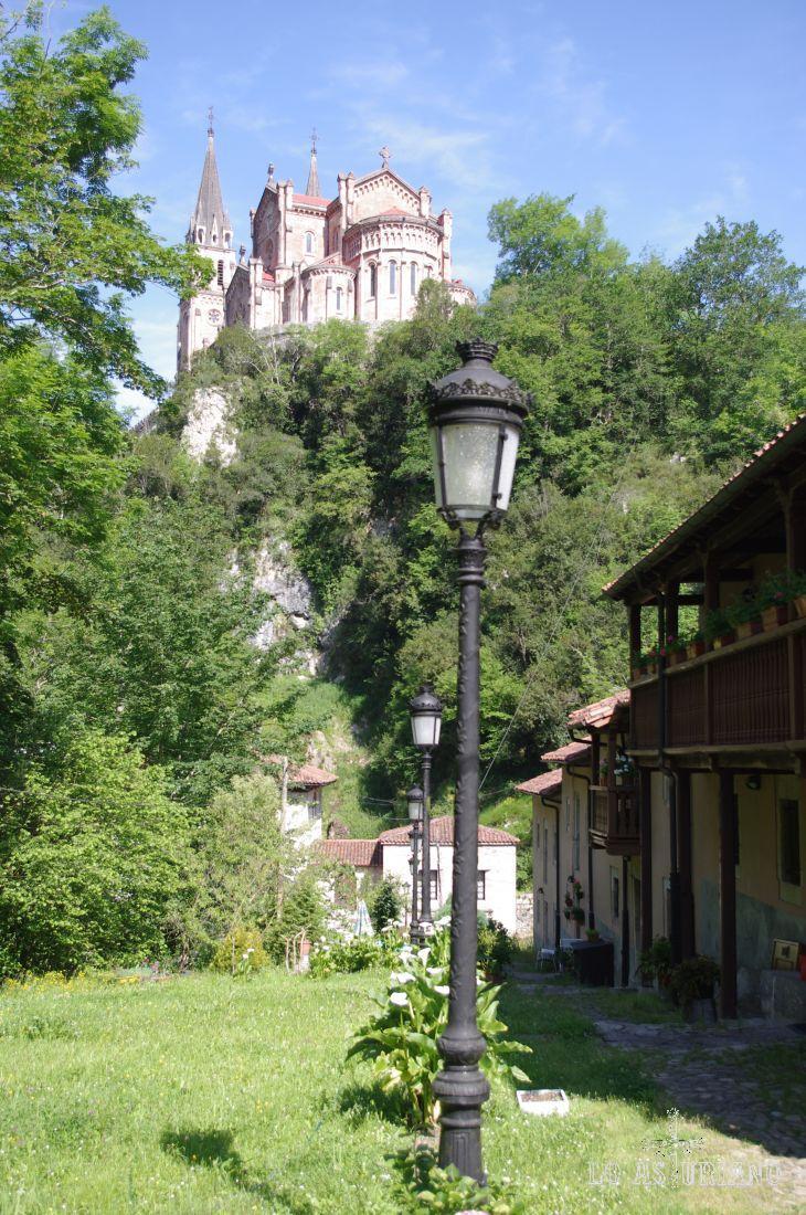 Parte posterior de la Basílica de Covadonga.