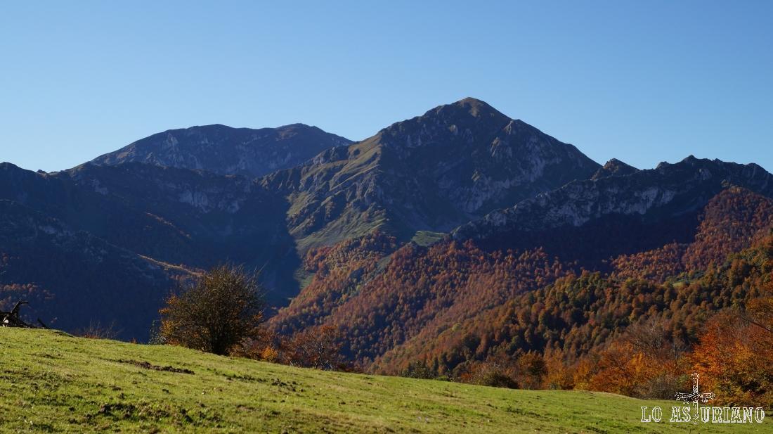 El Pileñes sobre el bosque de Peloño, con el rojizo característico del otoño.