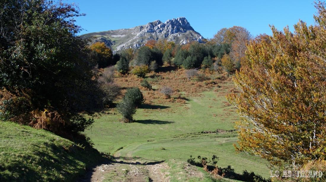 Detrás nuestro, los picos Luengu y Zorru, a los que se puede acceder por Les Llampes.
