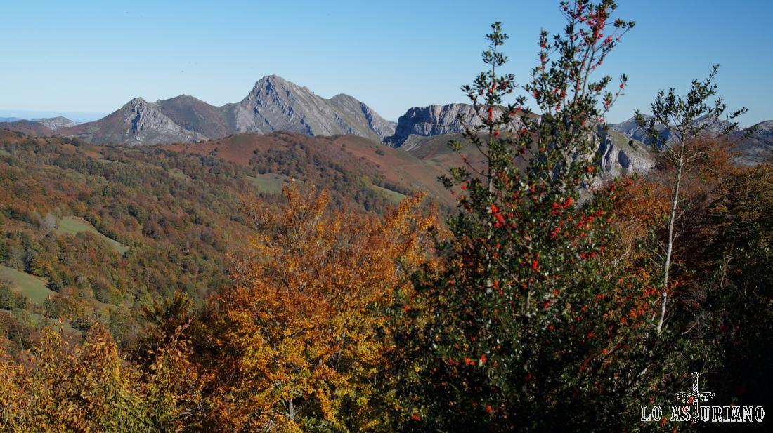 El pico Carriá queda a medio tapar por la collada.