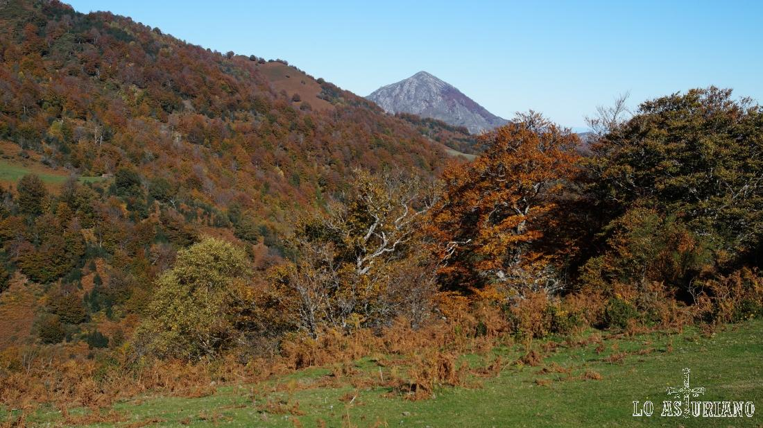 El pico Pierzu, tras la collada, visto desde Viances.