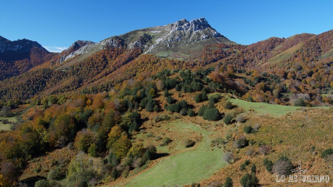 Picos Zorru y Luengu, ante Peloño, desde la senda.