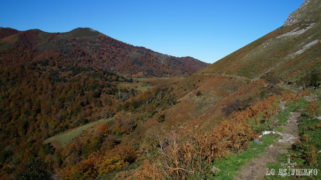 Desde aquí se puede ver muy bien la senda por la que estamos caminando. Y al fondo, la pista de Peloño por la que vinimos.