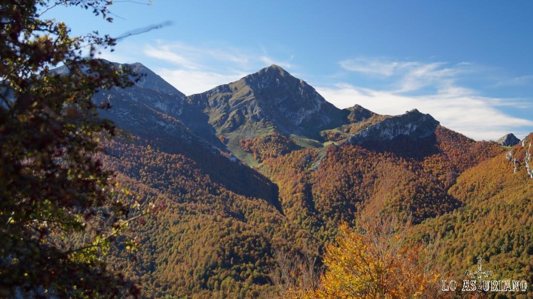 En el entorno de los 2000 metros, la pirámide del pico Pileñes, en el límite con León.
