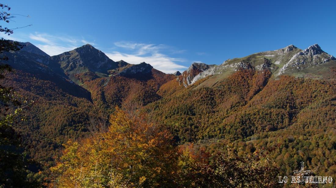 De izda a dcha, el pico Pileñes, el Zorru y el Luengu, estos 2 más a la derecha.