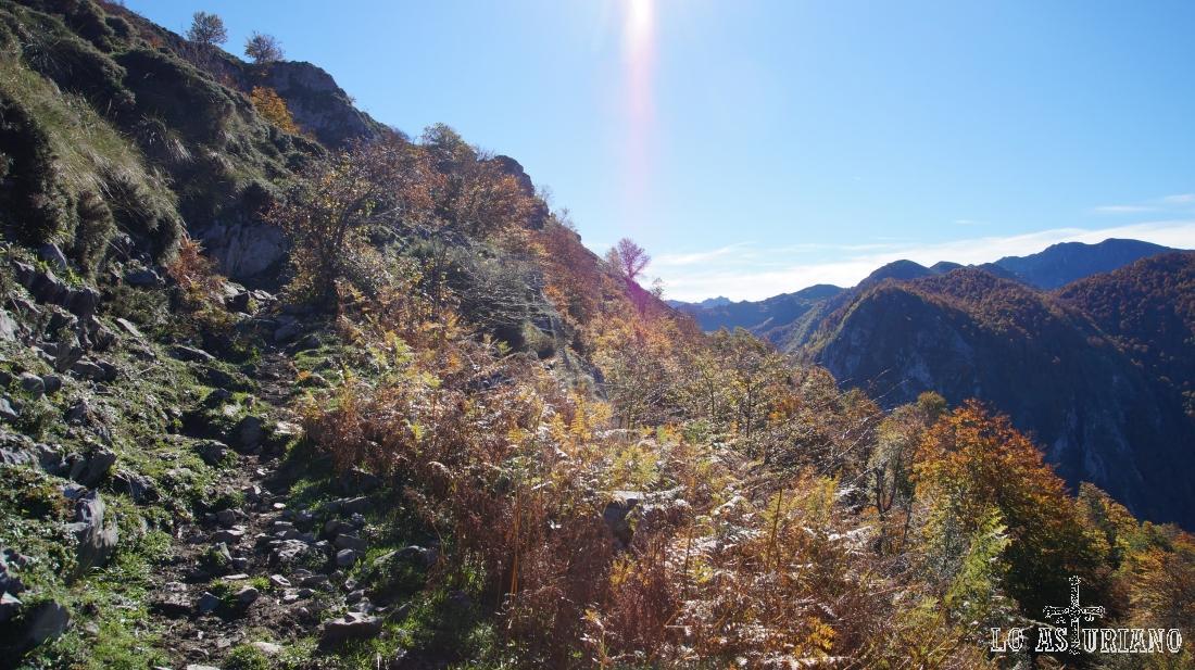 La senda es en leve ascenso, buscando el paso hacia la vega, que está a los pies del Sen de los Mulos (izda).