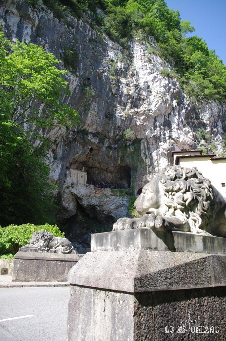 León de piedra que custodia la Santa Cueva de Covadonga.