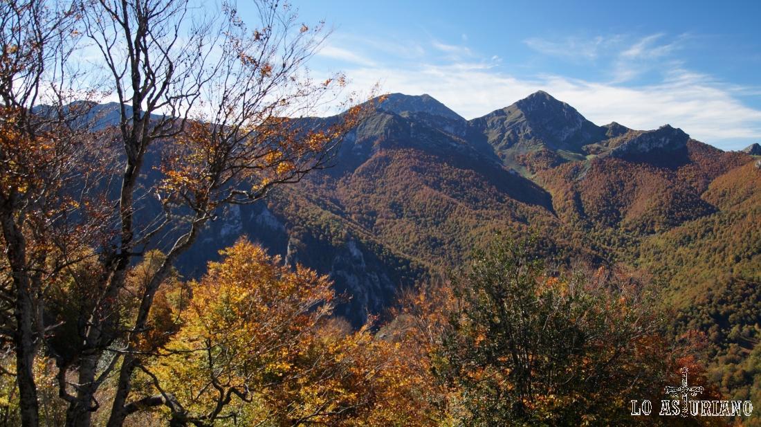Picos Ten y Pileñes, en la linde con la provincia de León, las 2 cimas más destacadas de la vista.