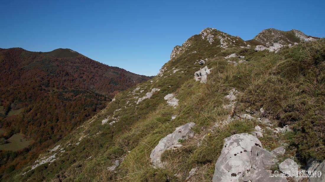 Hemos subido por la ladera (en vez de seguir la senda) y podemos ver ya el Sen de los Mulos.