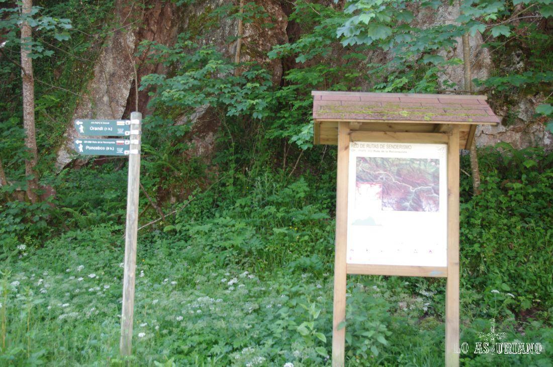 Enfrente de la Cueva Sagrada de Covadonga, pasan 2 rutas de senderismo: dirección a Poncebos y dirección a Orandi.