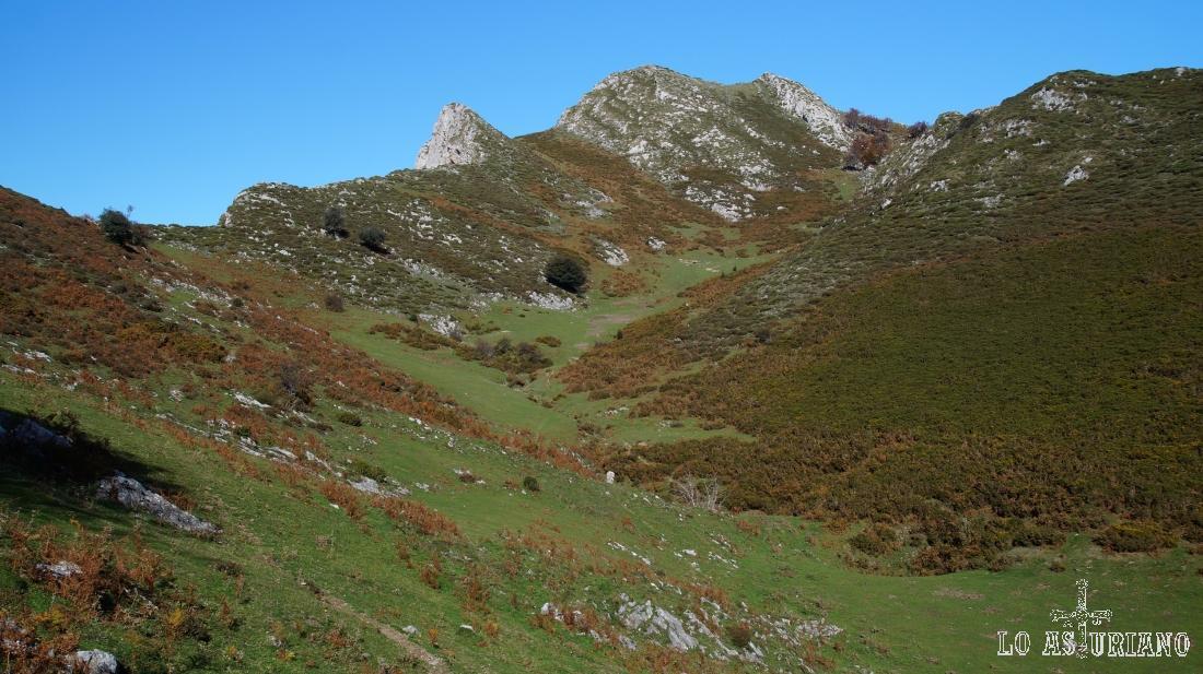 Vamos a ir acercándonos hacia la cima, caminando a media ladera, sin bajar al fondo de la vega.