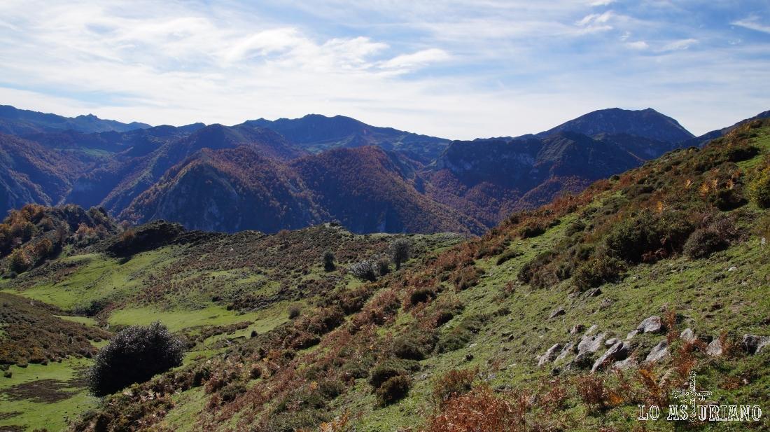 La peña Ten y todo el linde con León, todavía visible desde las laderas del Sen de los Mulos.