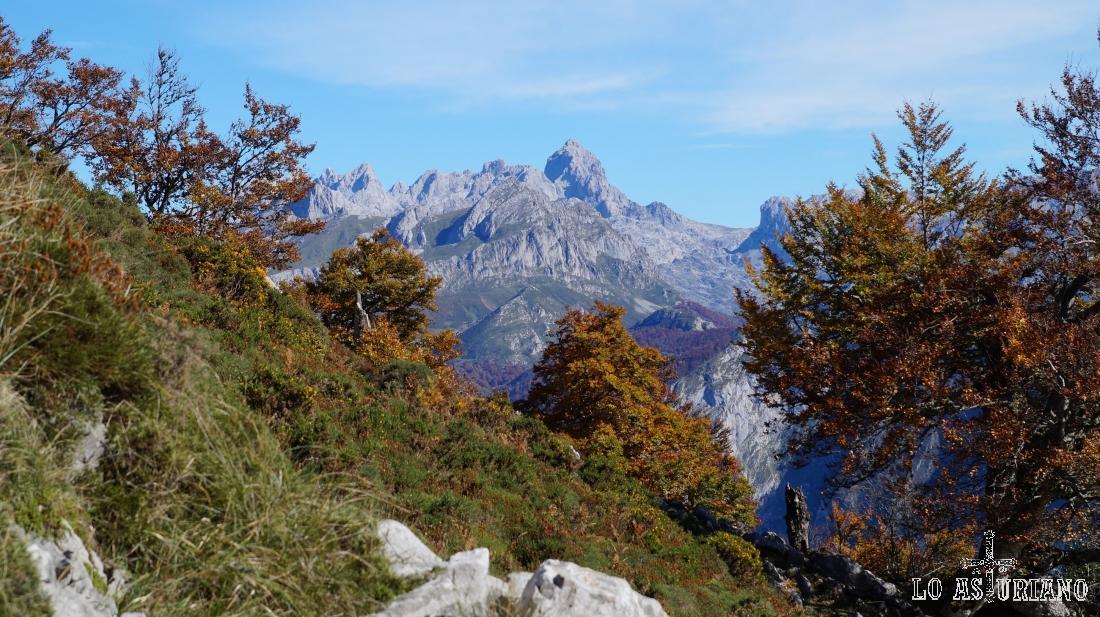 La imponente Peña Santa de Castilla, Picos de Europa, al fondo.