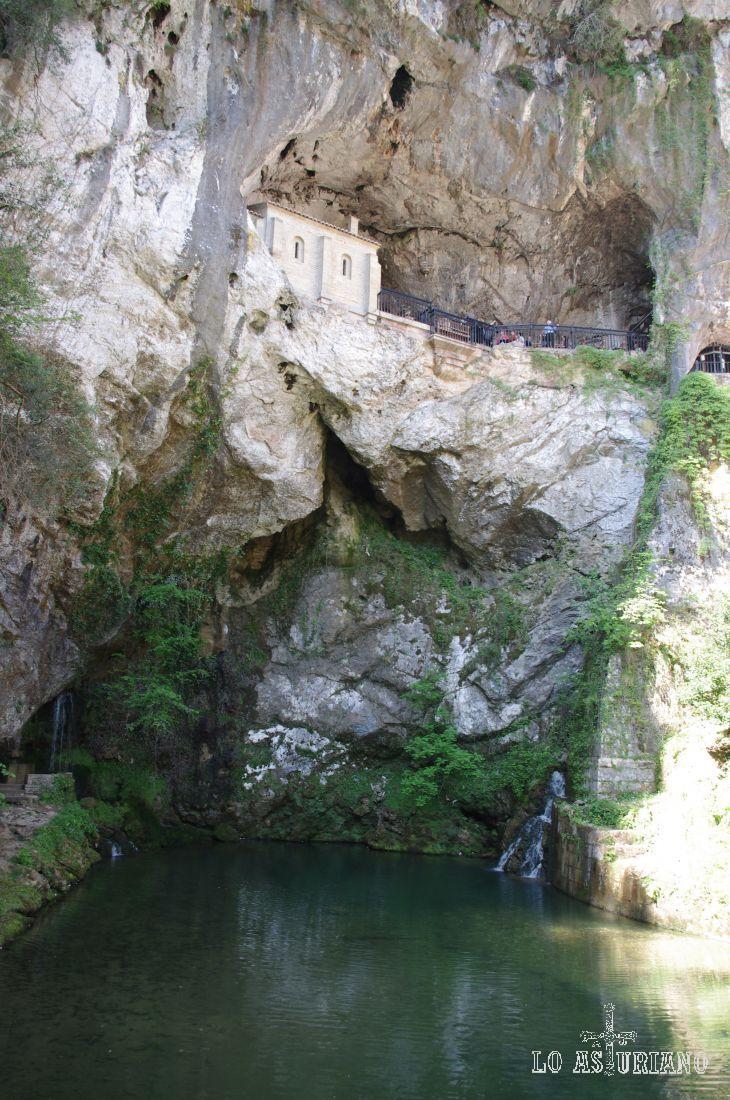 En este entorno se encuentra la Gruta con la imagen de la Virgen de Covadonga.