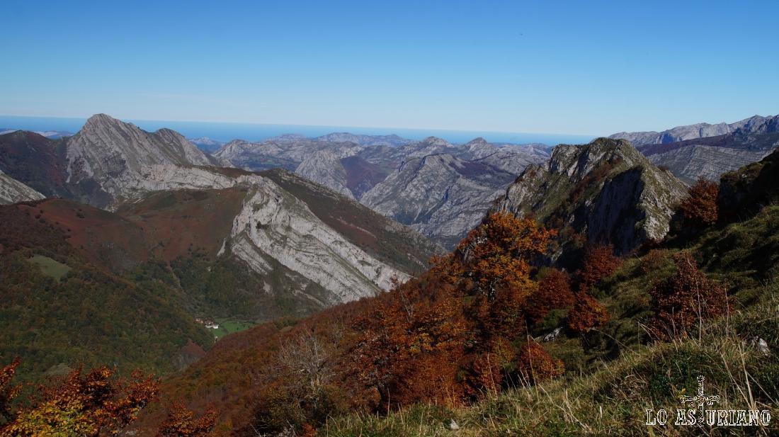 Las agrestes laderas y cimas, los bosques, en los maravillosos paisajes del Parque Natural de Ponga.