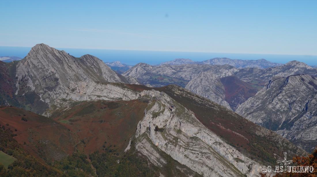 El pico Carriá, cuyas laderas se alargan hasta el desfiladero de los Beyos.
