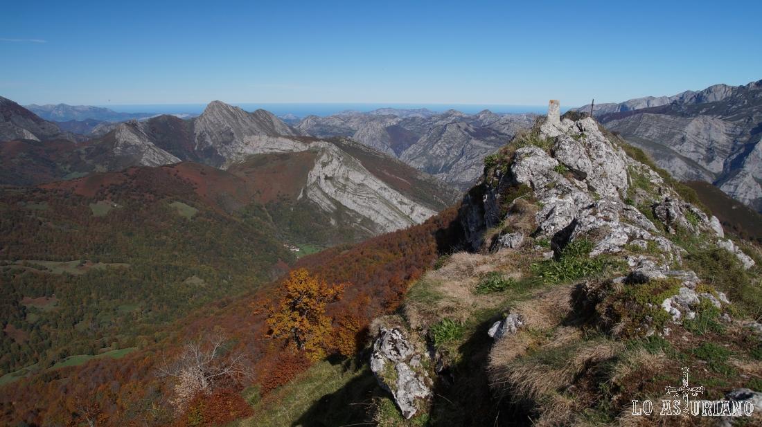 La cima del Sen de los Mulos, Ponga, con el Carriá al fondo, y más al fondo, el Cantábrico.