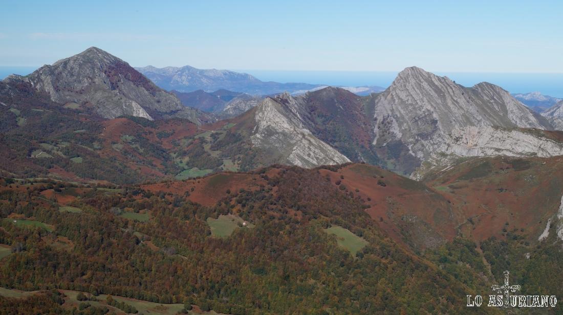 El Pierzu y el Carriá, y al fondo, la sierra del Sueve.