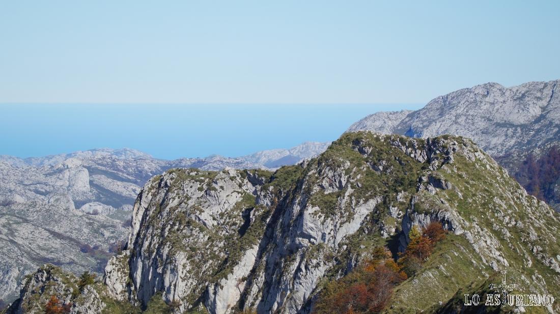 La subida al Sen de los Mulos es bastante llevadera, y nos ofrece vistas incluso del mar Cantábrico.