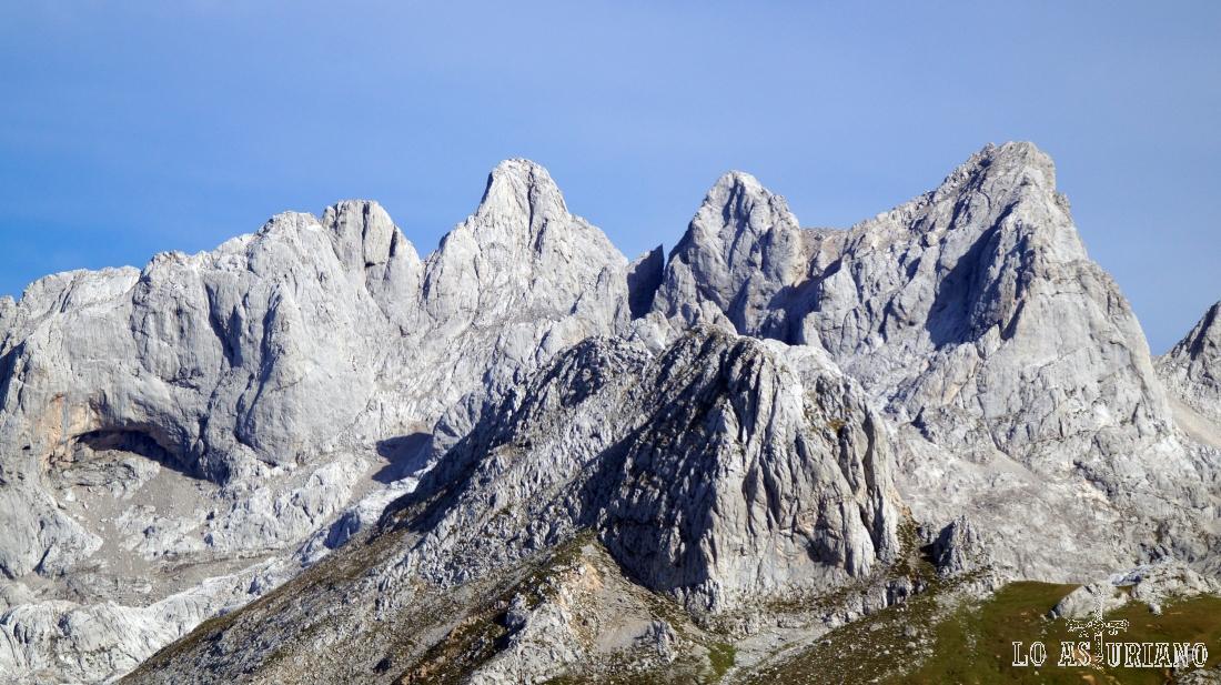Nada menos que parte del macizo occidental de Picos de Europa, desde el Sen de los Mulos, en Ponga.