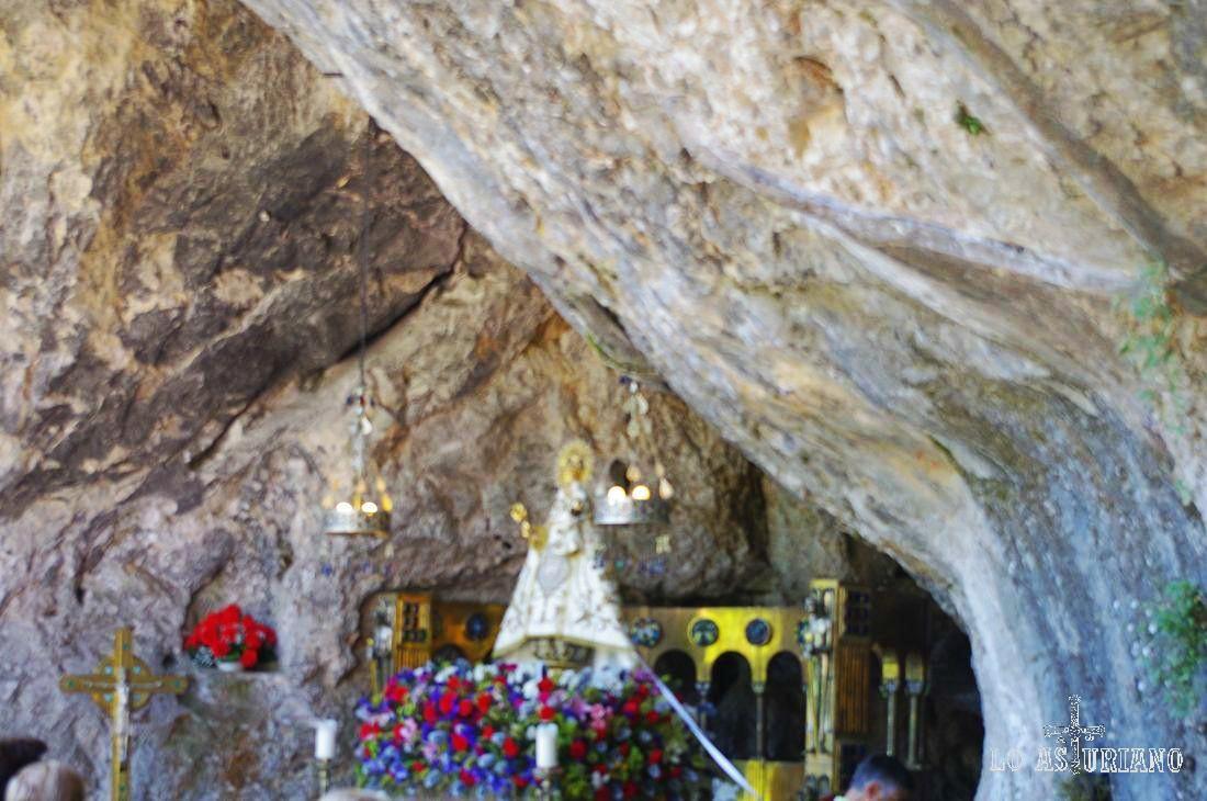 La preciosa Santina de Covadonga, que en la batalla que se desarrolló en estas tierras contra los árabes, que fue el germen de la Reconquista, ayudó a Don Pelayo, devolviendo las flechas que le lanzaban sus enemigos.
