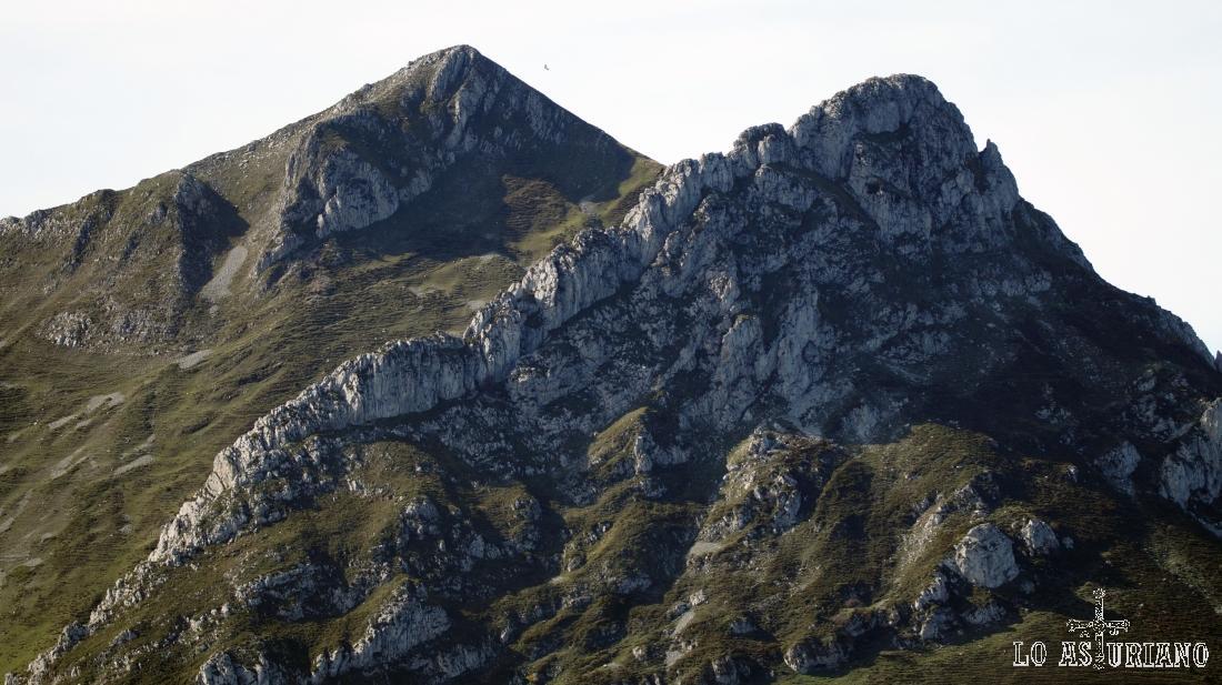 Los picos Luengu y Zorru, en el Parque Natural de Ponga, Asturias.