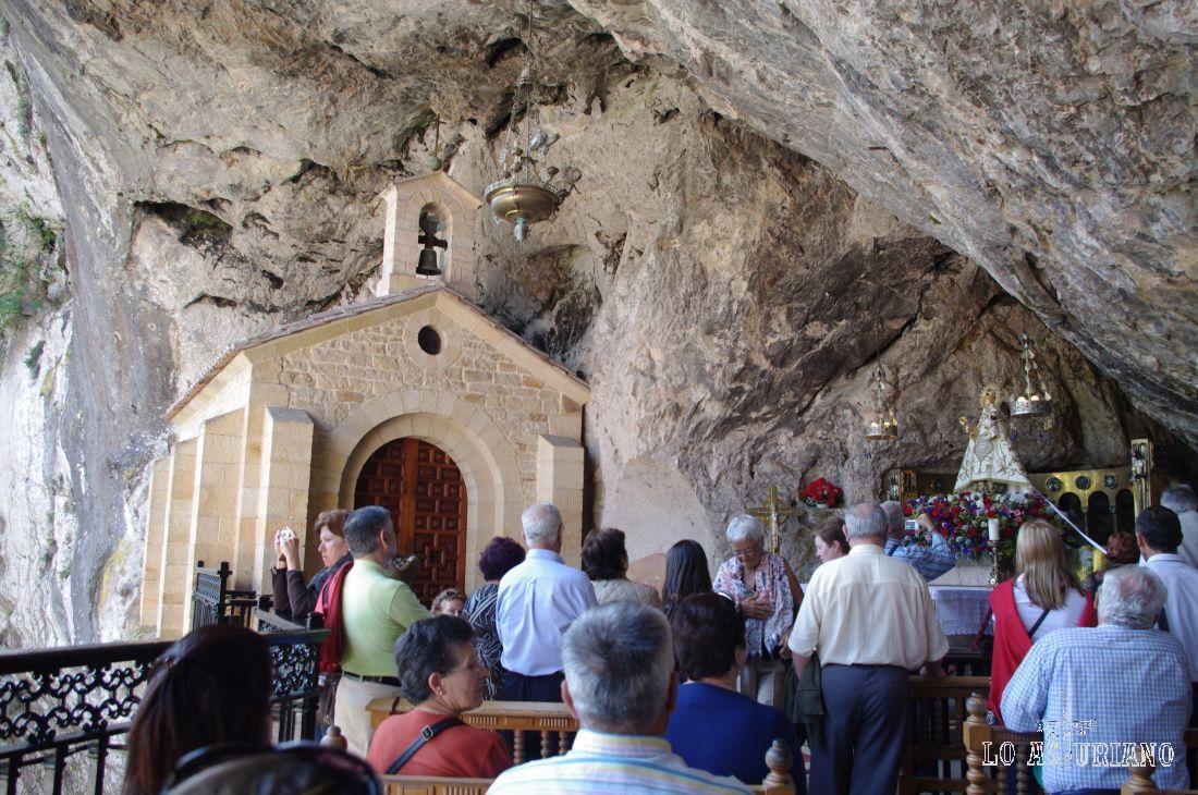 """En la Gruta o en la Basílica se celebran Misas. Puedes ver los horarios en este <a href=""""http://www.realsitiodecovadonga.com/"""" target=""""_blank"""">link</a>."""
