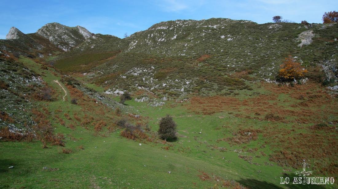 Este es ya el prado interno, en este cuenco, que rodean las montañas, por el que subiremos al Sen de los Mulos. El Sen es el de la izquierda.