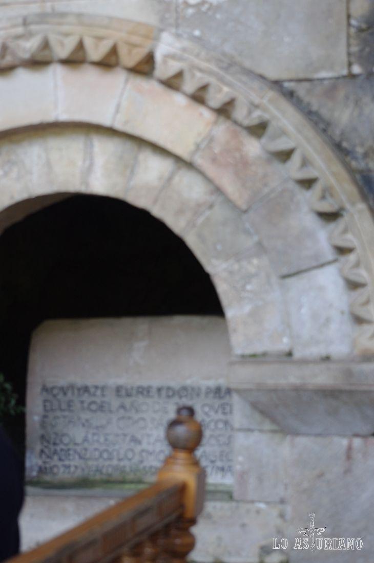 Tumba del rey Pelayo, que inició la Reconquista de España desde estas tierras. Está en la Cueva Santa de Covadonga.