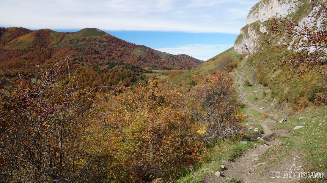 Nuestro camino, idílico, y el Rasu al fondo. Detrás tienes el pico Recuencu, gran mirador, que también hemos subido y está en la sección de rutas.