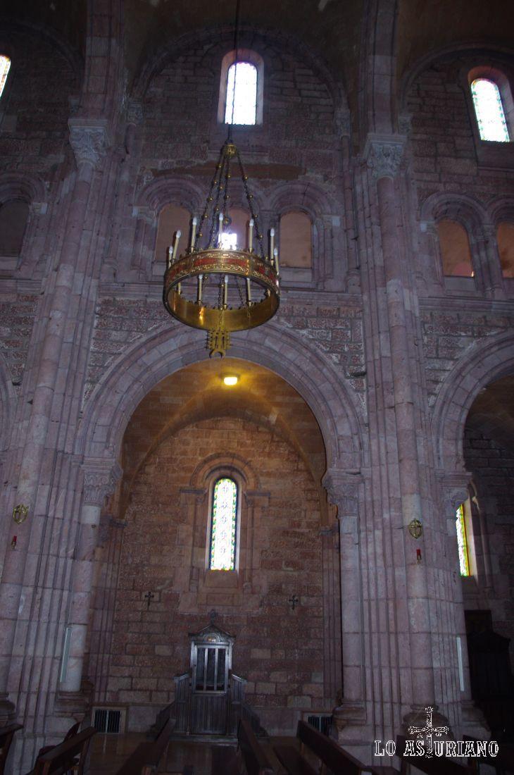 Interior sobrio de la Basílica de Covadonga.