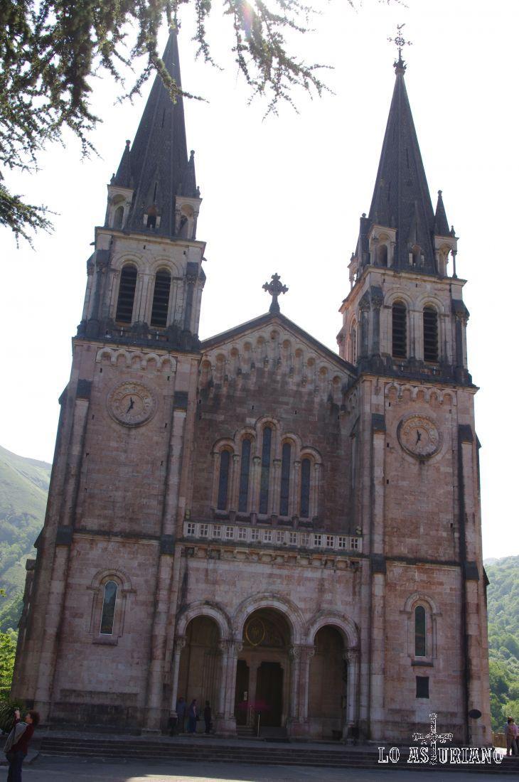 Frontal de la Basílica de Covadonga.
